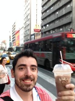 Cruzando por la avenida en Córdoba y un delicioso frapé